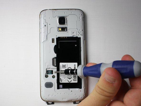 Drehe das Handy um und lege es auf einen Tisch, so dass die Rückseite zu dir zeigt.