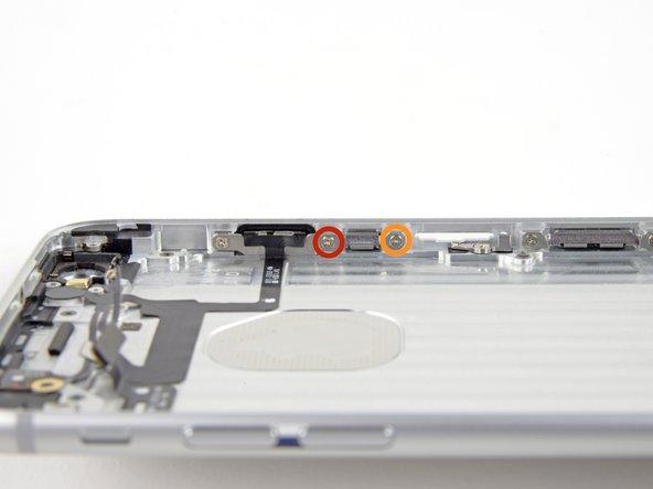 Retirez les vis suivantes fixant le support de la nappe du bouton de marche au rebord intérieur de la coque arrière: