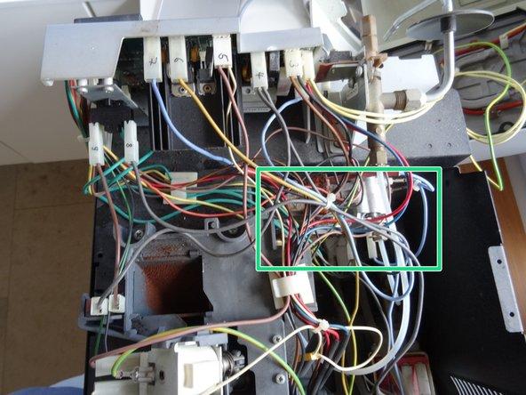 """Ein Blick in die offene Maschine. Der Thermoblock ist unter einem """"Spaghetti"""" von Kabeln und Schläuchen versteckt."""
