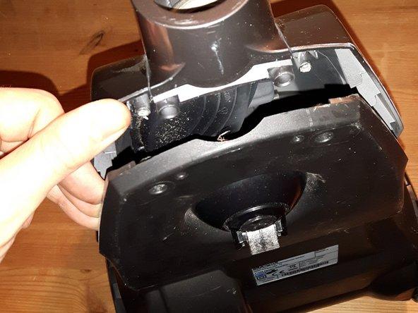 Das Oberteil abnehmen, indem man sich von vorne nach hinten vorsichtig durchhebelt. wenn es klemmt, prüfe ob du eine der 7 Schrauben vergessen hast.