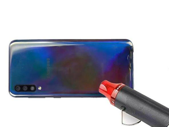 Chauffez la vitre arrière du téléphone  à 65°C environ pendant 5 minutes afin de la décoller.