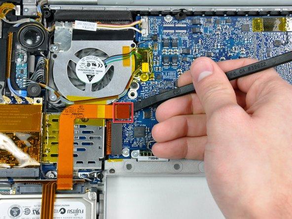 Desconectar el conector del cable plano del disco duro de la placa lógica.