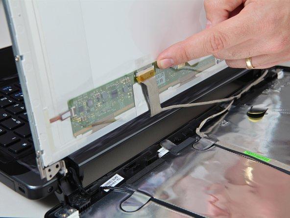 Image 1/2: Repérez le connecteur plat de l'écran.