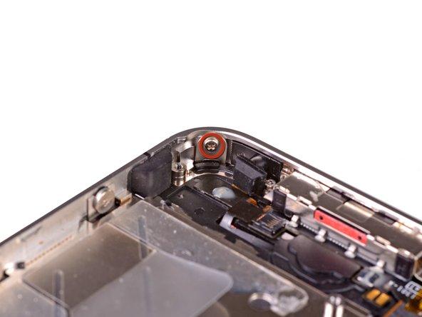Открутите 1.5 мм Phillips(крестовой) винт рядом с нижним микрофоном.