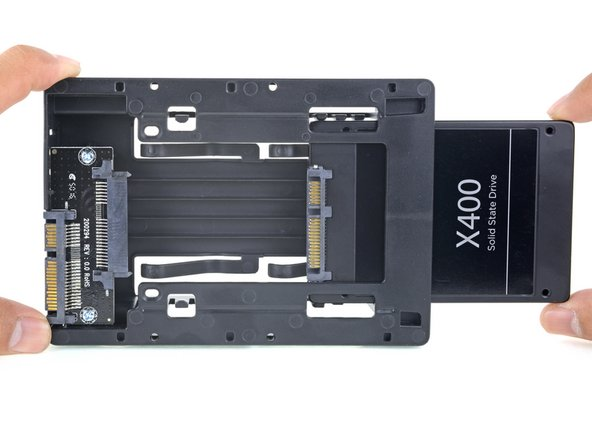 SSDのコネクタの狭い側がエンクロージャのコネクタの狭い側と一致するように、小さなSATAコネクタを並べます。