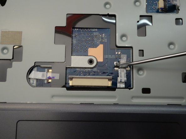 Puis libérez le verrouillage à gauche du câble plat.