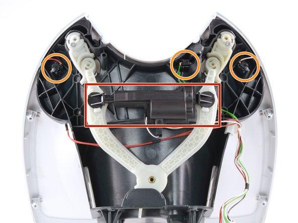Nachdem wir vorsichtig drei Kabelverbindungen im Innern lösen, können wir die Front abnehmen und entdecken dahinter eine interessante Mechanik.