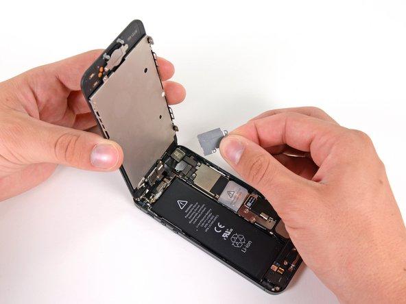 Замечание: Удостоверьтесь, что вы опустили и оттянули маленькие крепления к внешней стороне телефона.