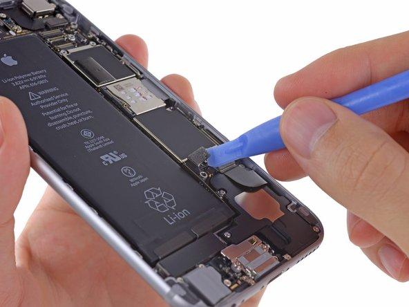 Benutze ein Öffnungswerkzeug aus weichem Plastik (Plastic Opening Tool), um vorsichtig den Akkuanschluss vom Logic Board zu lösen.