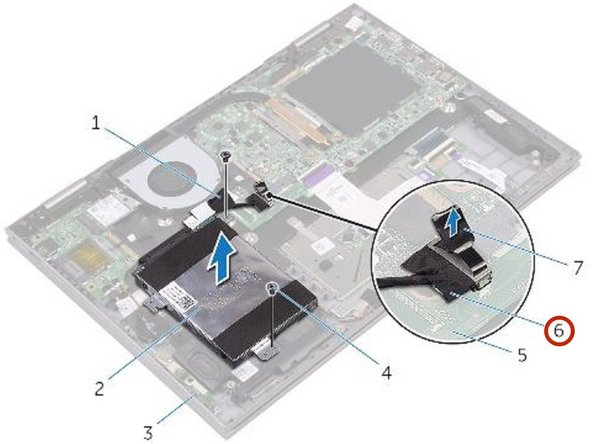 Con la lengüeta de extracción, desconecte el cable del disco duro de la placa del sistema.