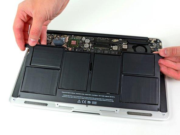 バッテリーに触る際は、露出している6つのセルに触らないようにご注意ください。