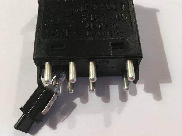 Una vez removido debes  retirar la ampolleta del switch, esta va a presión puedes ayudarte  de un alicate pequeño.