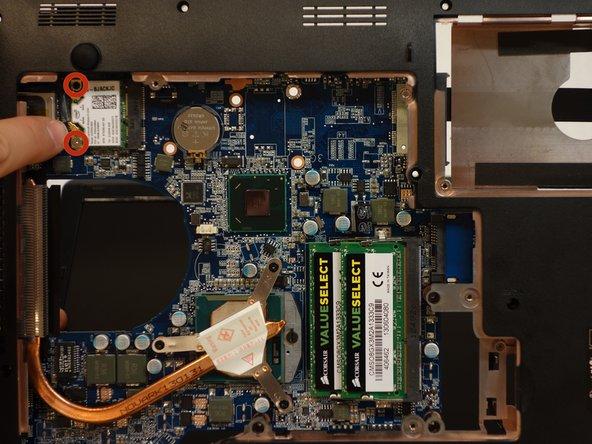 A l'aide du tournevis Philips #1, dévissez les 2 vis de fixation du chipset wi-fi.