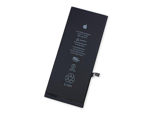 In accordo con i rumors, la batteria ha 3,82 V e 11,1 Wh di energia dichiarata, per un totale di 2915 mAh. Quasi il doppio della capacità, 1560 mAh, dell'iPhone 5s e poco di più dei 2800 mAh della centrale elettrica del Galaxy S5.
