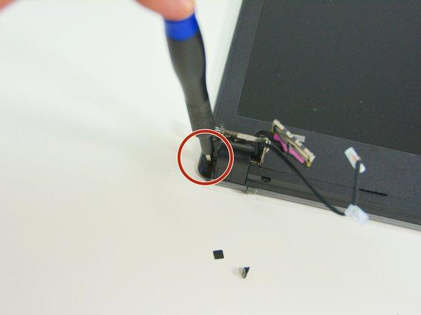 Image 3/3: Gehen Sie nun zum linken Scharniergelenk zurück und lösen Sie die externe Schraube.