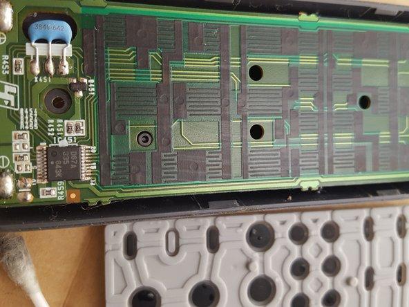 En la foto se ve que ha quedado limpio  tanto el circuito como los contactos negros de las teclas.