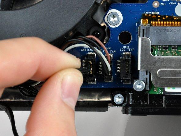 Löse den Stecker vom Kabel des Umgebungstemperatursensors, indem du ihn gerade vom Logic Board wegziehst.