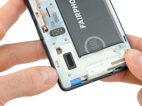 Gehe mit dem Daumennagel zwischen den vorderen Teil des Slim Case und dem Gehäuse des Fairphones.