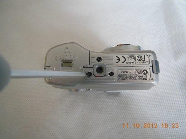 Repérez les 3 vis noires au bas de la caméra et les 2 vis grises de chaque côté de la caméra. Retirez-les avec un tournevis PH000.
