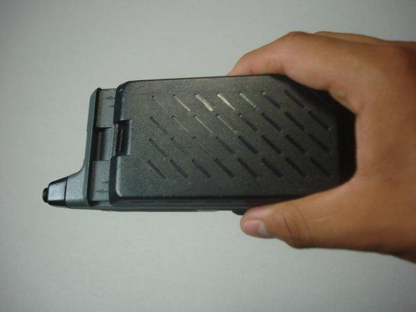 Retirez la vieille batterie en la faisant glisser le long des rails sur lesquels elle se connecte.