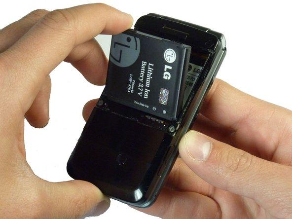 Placez un doigt sur le coin supérieur de la batterie et retirez-le du téléphone.