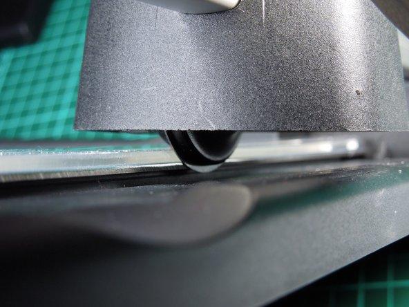 Image 3/3: '''Wichtig: ''' Beim Einbau des Messerkopfes in das Gerät darauf achten, dass das Schneidmesser '''an''' der Kante anliegt und NICHT '''auf''' der Schneidkante aufsitzt.