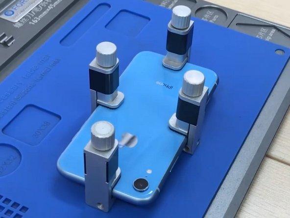 На мобильном телефоне, установите новый стекло задней крышки, а затем использовать четыре фиксированные ЖК-клипсы для удержания давления.
