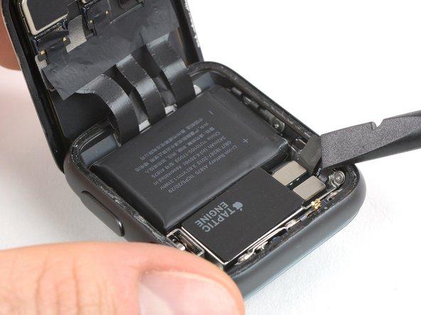 在仅有GPS的版本上,可以在卸下金属板后立即断开电池。 对于LTE版本,你首先需要断开Force Touch垫圈并将其折叠,以便断开电池连接。