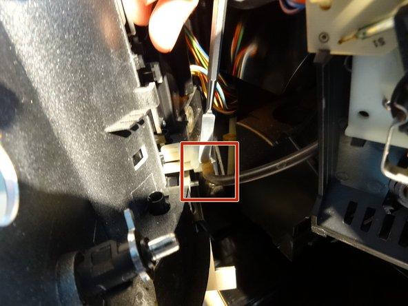 Ziehe den Silikonschlauch ab, der vom Dampfventil zum Kaffeeauslauf führt. Wenn er mit einem Kabelbinder gesichert ist, musst du diesen vorher erst entfernen.