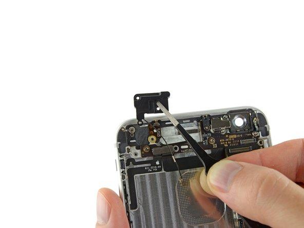 Utilisez une pincette pour saisir et retirer l'antenne cellulaire supérieure de l'iPhone.