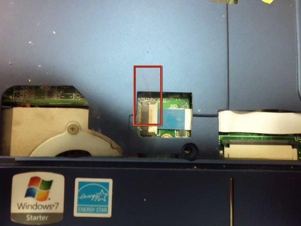 Desbloqueamos el conector del bus del ratón. El conector tiene una pieza blanca que se levanta para debloquear el bus.