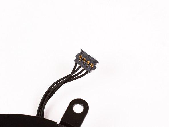 Der Lüfteranschluss und der Stecker sind im zweiten und dritten Bild sehen. Achte darauf, nicht den Anschluss vom Logic Board zu brechen, wenn du den Spudger benutzt, um den Stecker gerade nach oben aus dem Anschluss zu heben.