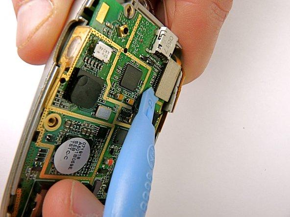À l'aide d'un outil d'ouverture en plastique, débranchez le câble plat reliant les écrans LCD avant à la carte mère.