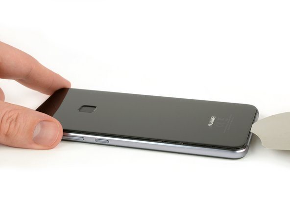 Insert the tip of an iFlex between the back cover and the mid frame and slide it around the phone, to cut the adhesive.