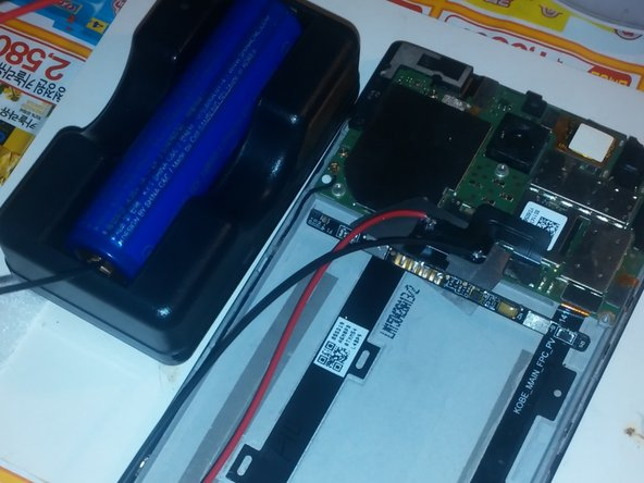 내장배터리는 계측기로 검사하니 정상이었음. 외장 배터리를 배터리 보호회로를 거치지 않고 직접 연결하니 핸드폰이 정상적으로 부팅 됨.