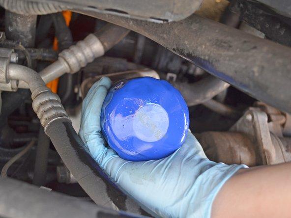 Pensez à utiliser des gants bien propres pour remettre le nouveau filtre. En utiliser un couvert d'huile rendrait le filtre glissant et pourrait déclencher un accident plutôt salissant.