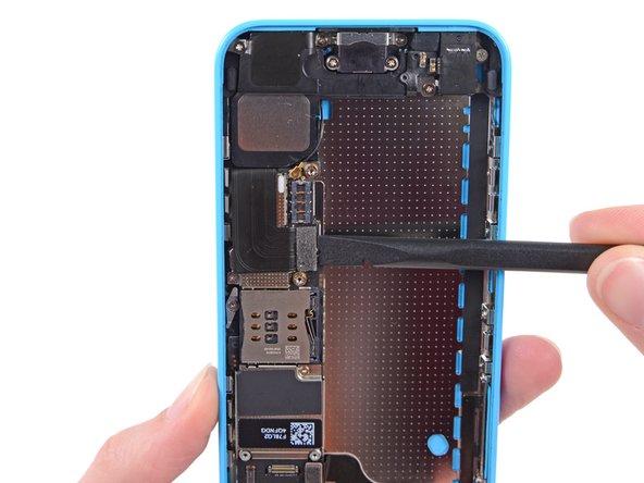 スパッジャーを使って、ロジックボード上のソケットからLightningコネクタリボンケーブルの接続を外します。