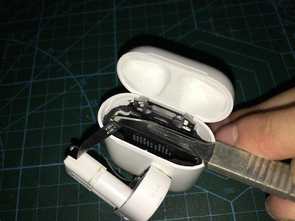 将不锈钢固定铁环的取出后,接下来,用热风枪加热取出,指示灯和airpods耳机的充电触点底座