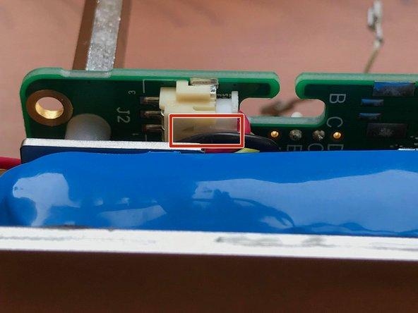 Il faut maintenant déconnecter la batterie de la carte électronique :