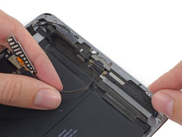 Retirez le câble d'antenne du clip derrière le connecteur de charge Lightning.