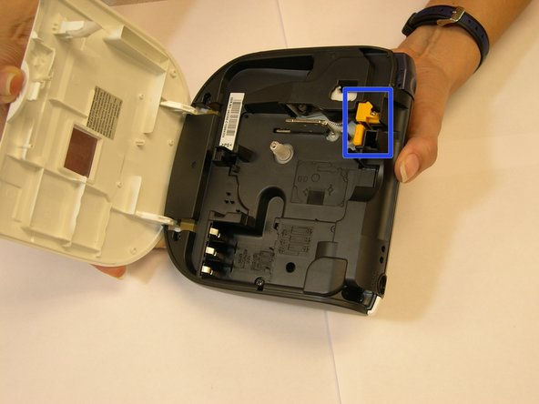 Image 1/3: Locate the area where the  blade is located and get ready to start the replacing process.