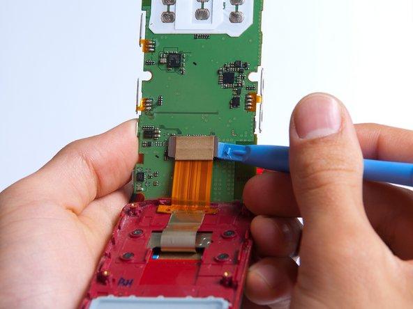Avec l'outil d'ouverture en plastique, soulevez délicatement le connecteur LCD de la carte mère.