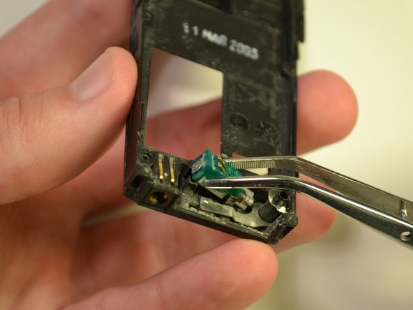 Image 2/3: Remove the vibration device and place it aside.