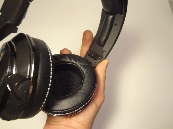 Make sure to fold the ear cup inward to avoid getting in the way of the opposite side.