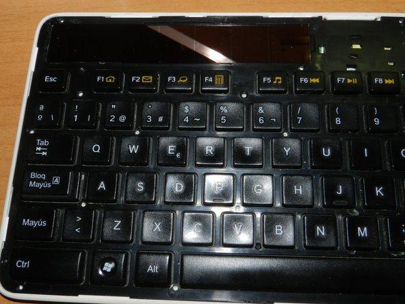 Hacer palanca con cuidado en las pestañas de alrededor del cuerpo del teclado.  Entre las teclas F8 y F9 hay otra pestaña mas. Para abrirla, levantar un poco desde abajo y hacer palanca con el destornillador como atornillando o desatornillando.