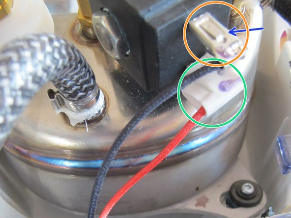 Gummischutzkappe vom Kabelschuh des Leiters abziehen.