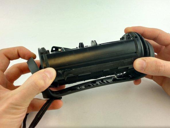 Entferne vorsichtig den äußeren Rahmen, damit du an die inneren Bauteile des Lautsprechers gelangen kannst.