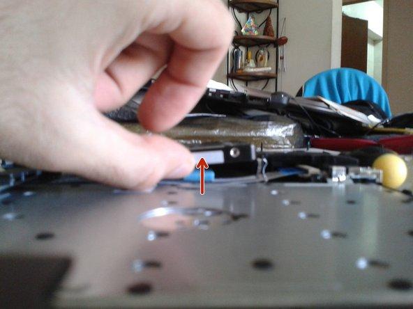 Inclina el disco duro hacia arriba