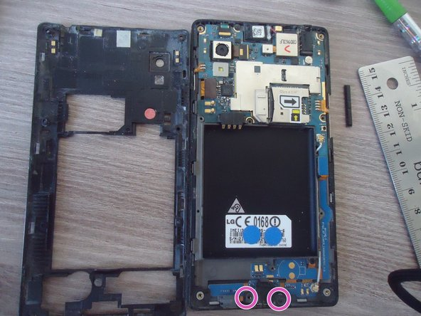Here we are! Before removing the lower card, let's remove the two little screws and the cache hiding the micro USB port.