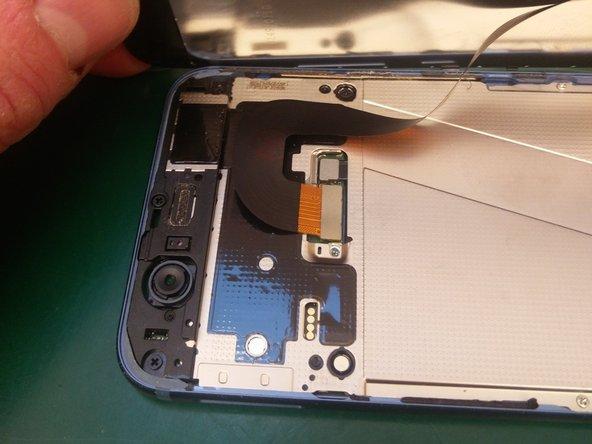 Nu kan het display naast het toestel gelegd worden. Let er hierbij op dat er geen al te grote trekkrachten of spanningen op de verbindingskabel inwerken. Verwijder de Philips schroef die het dekplaatje op zijn plaats houdt.